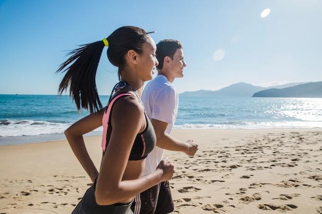 Couple sur les sports d'été