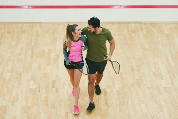 Un couple de squash flirte après un match de squash terminé