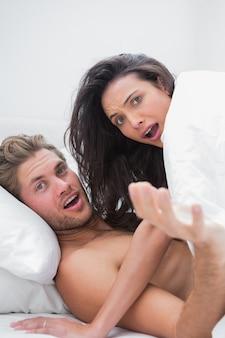 Couple surpris dans leur lit