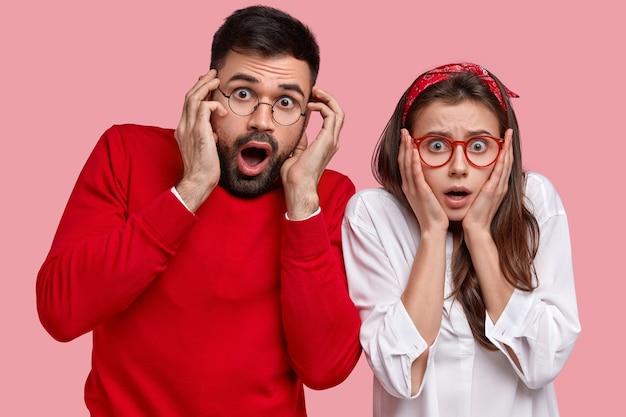 Couple surpris portant des vêtements et accessoires rouges