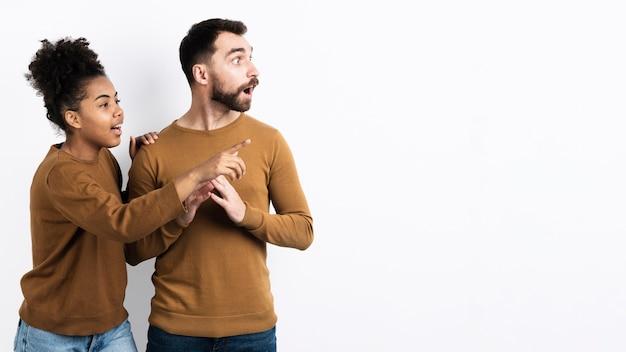 Couple surpris à la recherche de suite