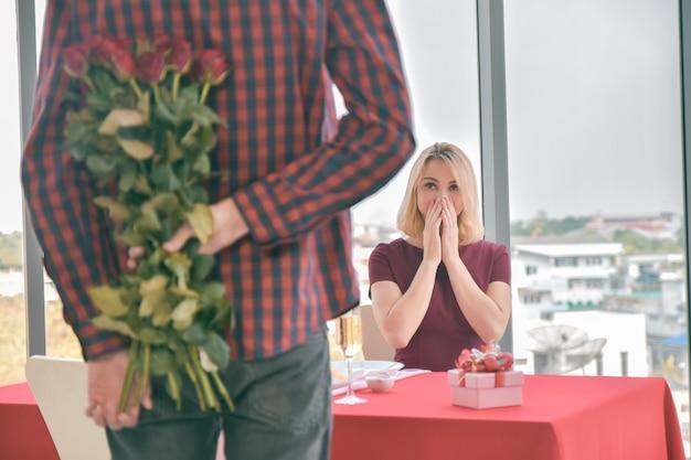 Couple surprise fleur rose dans la datation de la saint valentin