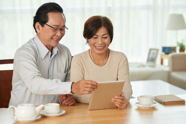 Couple avec tablette numérique