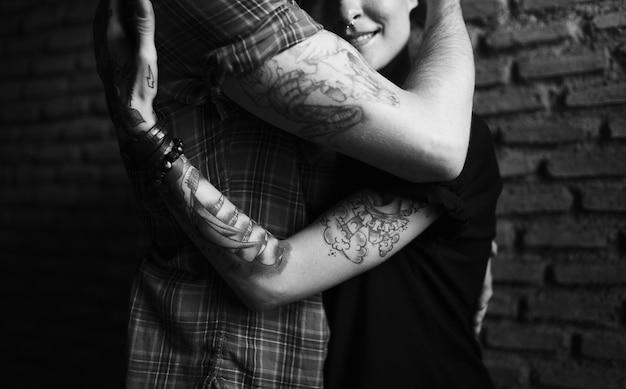 Couple de tatouage embrassant avec passion