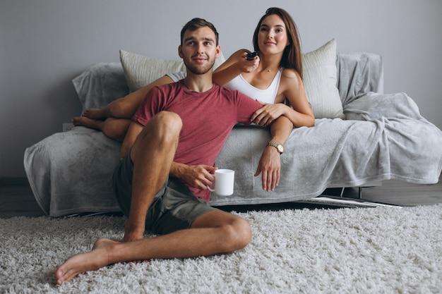 Couple à la télévision