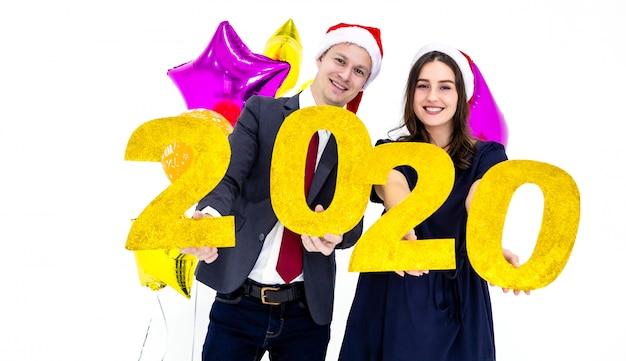 Couple tenant l'année 2020