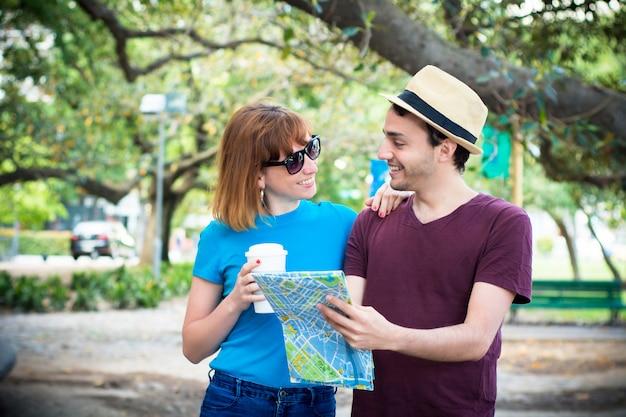 Couple tenant la carte en mains et voyageant ensemble.