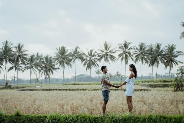 Couple tenant la main et face à face