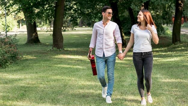 Couple, tenant mains, dans parc