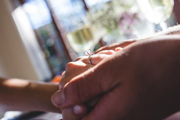 Couple, tenant mains, dans, restaurant