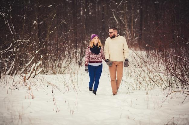 Couple, tenant mains, marche