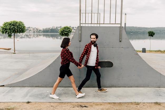 Couple, tenant mains, à, skate park