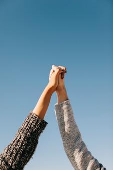 Couple tenant par la main avec le ciel en arrière-plan