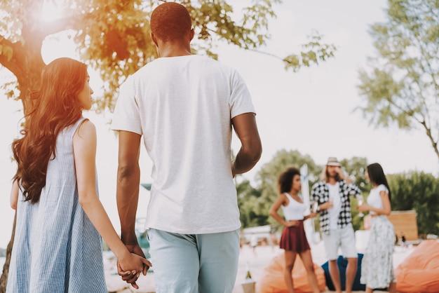 Couple tenant par la main des loisirs sur sunny beach.