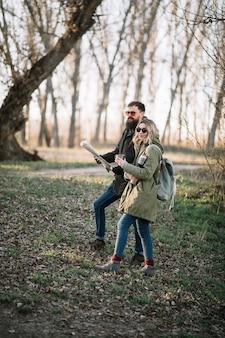 Couple, tenue, carte, coup entier