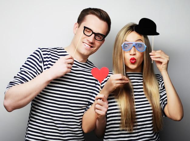 Couple, tenue, fête, lunettes, et, chapeau, sur, bâtons