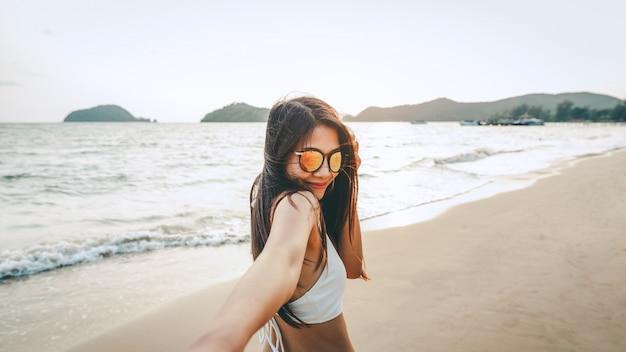 Couple, tenue, main, plage, coucher soleil