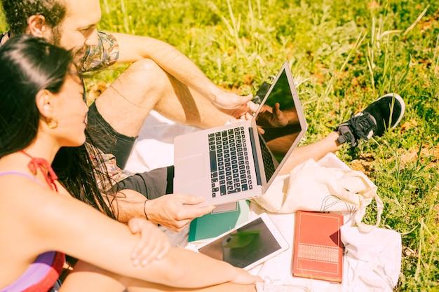 Couple, tenue, ordinateur portable, clairière