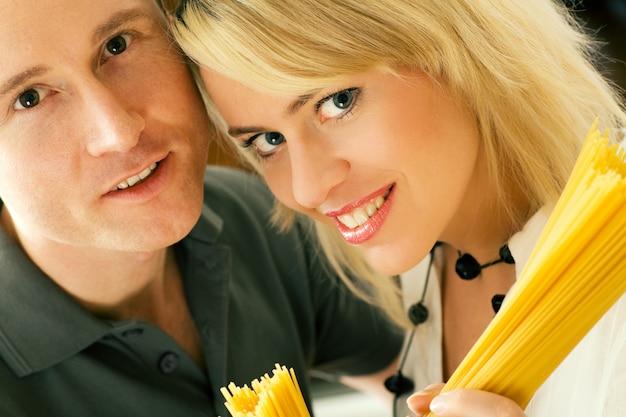 Couple, tenue, pâtes crues