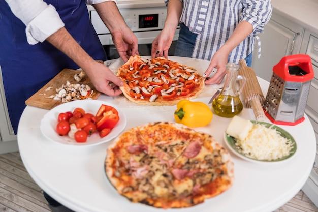 Couple, tenue, pizza, à, champignons, et, légumes