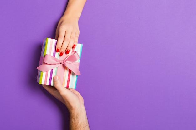 Couple, tenue, valentine, cadeau