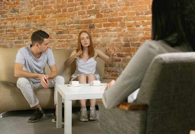 Couple en thérapie ou en counselling matrimonial. psychologue, conseiller, thérapeute ou consultant relationnel donnant des conseils. homme et femme assis sur une séance de psychothérapie. famille, concept de santé mentale.