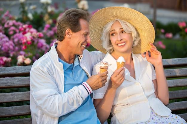 Le couple tient la crème glacée.