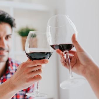 Couple tinter les verres de vin rouge