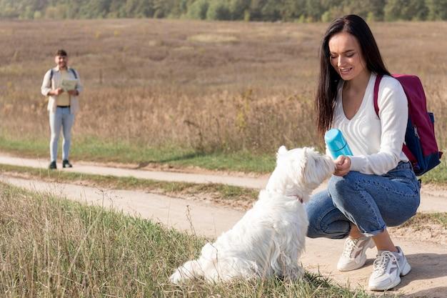 Couple de tir complet avec chien mignon