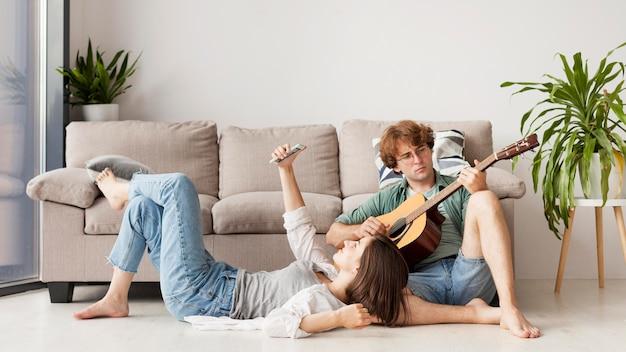 Couple de tir complet avec guitare