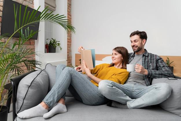 Couple de tir complet lisant ensemble