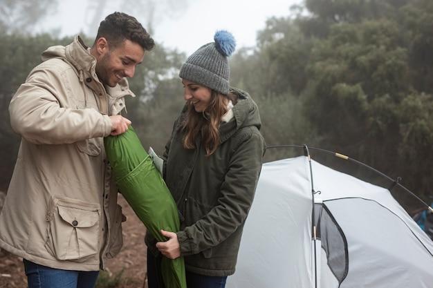 Couple de tir complet mettant en place une tente