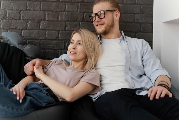 Couple de tir moyen assis ensemble