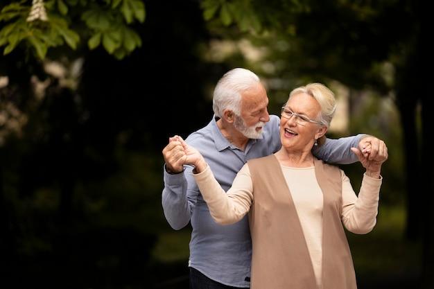 Couple de tir moyen étant amoureux
