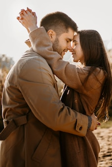 Couple de tir moyen étant romantique