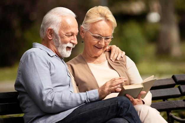 Couple de tir moyen lisant ensemble