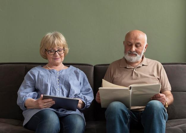 Couple de tir moyen avec livre et tablette