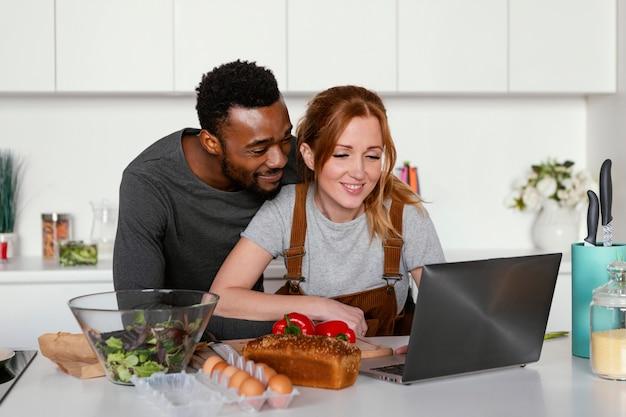 Couple de tir moyen avec ordinateur portable