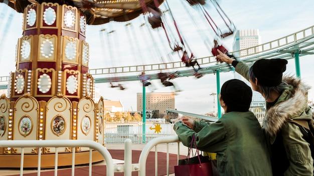 Couple de tir moyen pointant sur le carrousel