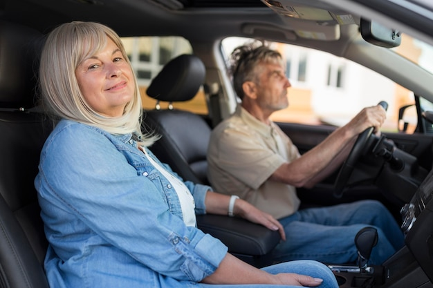 Couple de tir moyen en voiture