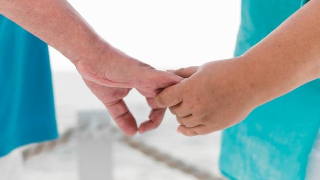 Couple de touristes aînés main dans la main