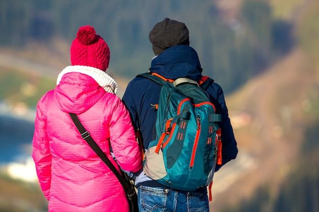 Couple touristes, apprécier, vue montagne