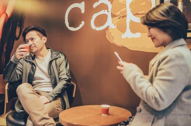 Couple de touristes asiatiques sur le téléphone mobile