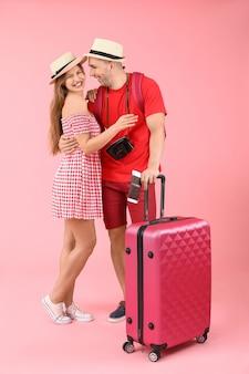 Couple de touristes avec bagages