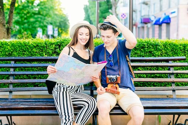 Couple De Touristes Sur Un Banc Photo gratuit