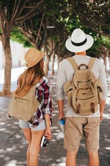 Couple de touristes dans le parc