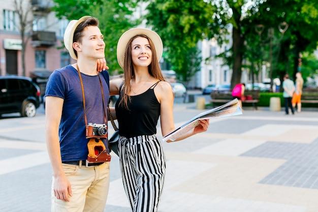 Couple De Touristes Dans La Ville Photo gratuit