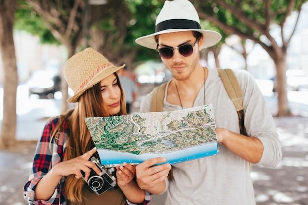 Couple de touristes et le plan