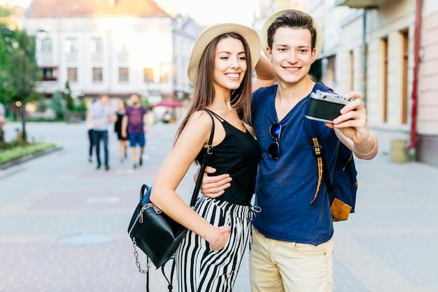 Couple de touristes posant pour la photo dans la ville