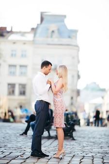 Couple de touristes romantiques se promenant dans la ville de détente
